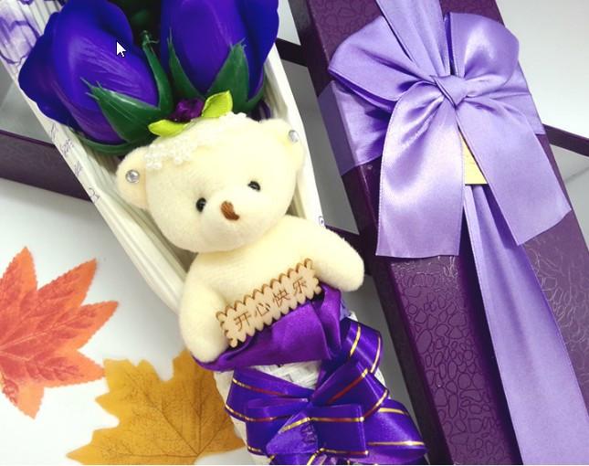 Букет три цветка из мыла с медвежонком в подарочной коробке